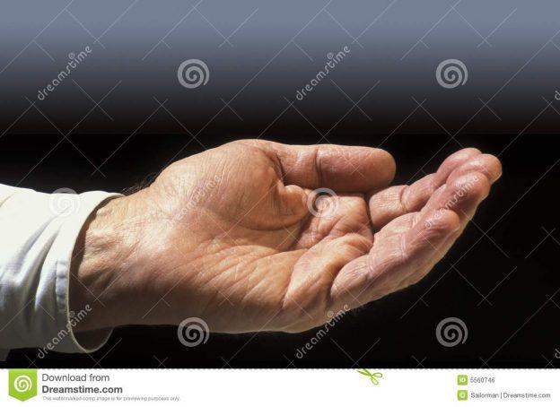 ausgestreckte-hand-5560746