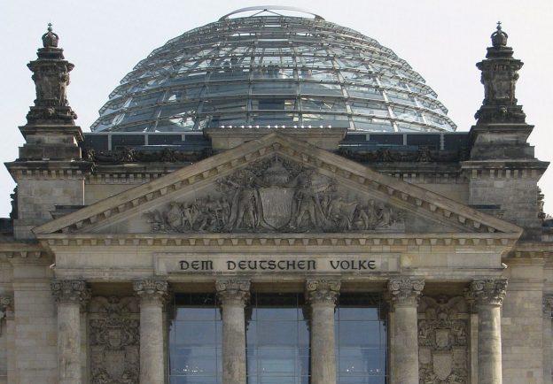 Berlin_Inschrift_Dem_Deutschen_Volke_Portalgiebel_über_Portikus_vom_Deutschen_Bundestag_Reichstag_Foto_2009_Wolfgang_Pehlemann_Wiesbaden_IMG_0977