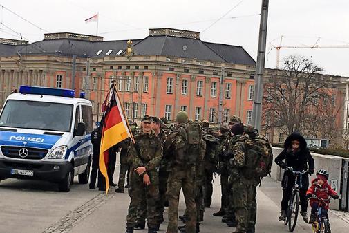 Polizei-stoppt-Soldaten-auf-der-Langen-Bruecke_pdaArticleWide